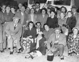 Chequers Pub Outing, circa mid 1950s (click to view full photo)