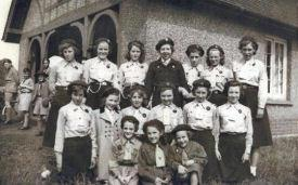 Edlesborough Girl Guides & Brownies, 1952 (click to view full photo)